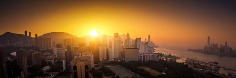 Vista panorámica del horizonte de Hong Kong en la puesta del sol imagenes de archivo