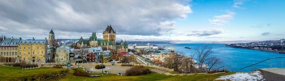 Vista panorámica del horizonte de la ciudad de Quebec con el castillo francés Frontenac y el río San Lorenzo - la ciudad de Quebe Fotografía de archivo libre de regalías