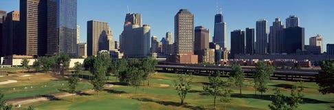 Vista panorámica del horizonte de la ciudad del centro de Illinois del golf del metro, IL Imagen de archivo libre de regalías