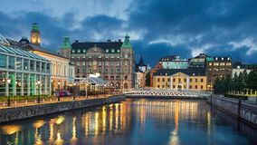 Vista panorámica del horizonte de Malmö del canal almacen de metraje de vídeo