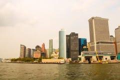 Vista panorámica del horizonte de Manhattan céntrica sobre Hudson River debajo del cielo azul, en New York City, los E.E.U.U. foto de archivo
