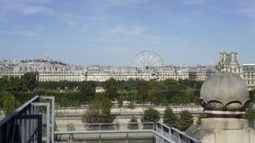 Vista panorámica del jardín de Tuileries en París, París en un día soleado Tiro de establecimiento en tiempo real de la cacerola  almacen de video