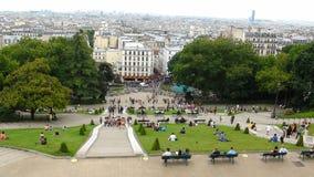 Vista panorámica del jardín y del cuadrado parisienses con la gente fotografía de archivo libre de regalías