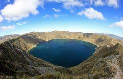 Vista panorámica del lago del cráter de Quilotoa, Ecuador fotos de archivo