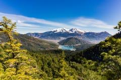 Vista panorámica del lago Doxa y de la montaña nevada de Ziria en Peloponeso Grecia Fotos de archivo