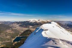 Vista panorámica del lago Doxa y de la montaña nevada de Ziria en Peloponeso Grecia Fotos de archivo libres de regalías