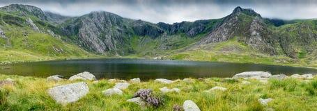 Vista panorámica del lago en montañas Imagen de archivo libre de regalías