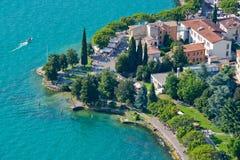 Vista panorámica del lago Garda desde arriba de la colina Foto de archivo libre de regalías