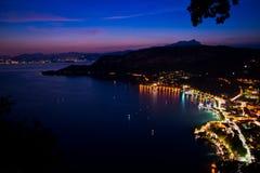 Vista panorámica del lago Garda desde arriba de la colina Foto de archivo