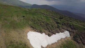 Vista panorámica del lago Nesamovyte de la montaña y del paisaje de la montaña cárpatos ucrania almacen de metraje de vídeo