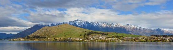 Vista panorámica del lago Wakatipu, Remarkables y Kelvin Heights imágenes de archivo libres de regalías