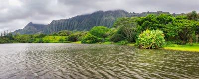 Vista panorámica del lago y de montañas en el jardín botánico de Hoomaluhia, isla de Oahu imagen de archivo libre de regalías