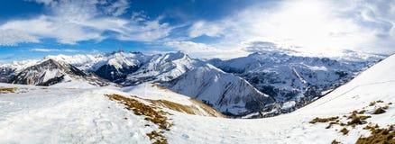 Vista panorámica del macizo de Arves en las montañas francesas, en un día de invierno soleado, en área del esquí de Les Sybelles, fotografía de archivo