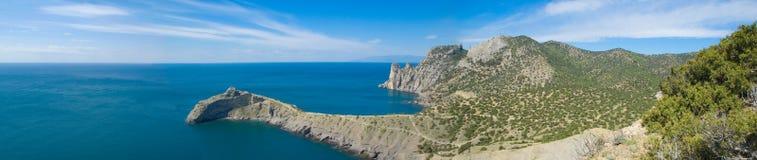 Vista panorámica del mar y de la montaña Fotos de archivo libres de regalías