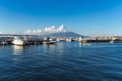 Vista panorámica del mar y del volcán azules de Vesuvio del puerto de Castellammare di Stabia, Nápoles, Campania, Italia imágenes de archivo libres de regalías