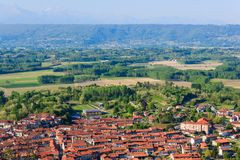 Vista panorámica del municipio del caravino Italia y del invernadero morénico Foto de archivo libre de regalías