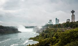Vista panorámica del Niagara Falls y de los casinos fotografía de archivo libre de regalías