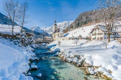 Vista panorámica del paisaje escénico del invierno en las montañas bávaras imagen de archivo