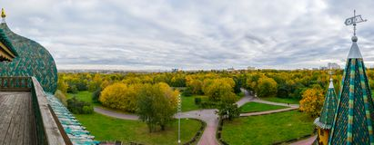 Vista panorámica del parque de Kolomenskoye de la plataforma de observación del palacio de madera del ` s del zar Fotografía de archivo