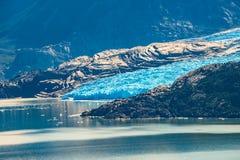 Vista panorámica del parque nacional de Torres del Paine, su lagoo gris fotos de archivo