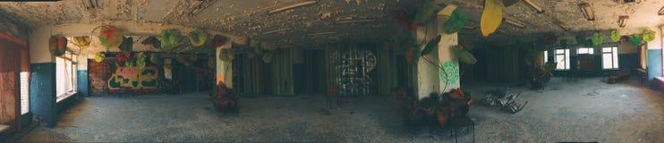 Vista panorámica del pasillo dentro del edificio de la izquierda y del campamento de verano soviético olvidado Skazka no lejos de Imagen de archivo libre de regalías