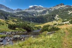 Vista panorámica del pico y del río de la montaña, montaña de Banderishki Chukar de Pirin Fotos de archivo