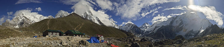 Vista panorámica del pueblo de Gorak Shep y de otros picos de los 8000m Fotos de archivo libres de regalías