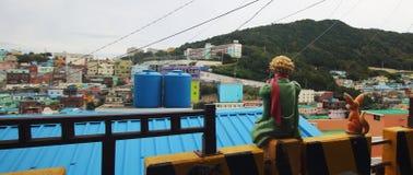 Vista panorámica del pueblo de la cultura de Gamcheon con las esculturas Imagen de archivo libre de regalías