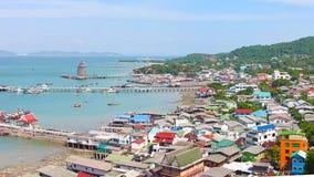 Vista panorámica del pueblo pesquero del estuario de Chumphon con el cielo nublado, Tailandia La pesca es el empleo principal par Foto de archivo