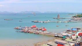 Vista panorámica del pueblo pesquero del estuario de Chumphon con el cielo nublado, Tailandia La pesca es el empleo principal par Imagenes de archivo