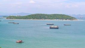Vista panorámica del pueblo pesquero del estuario de Chumphon con el cielo nublado, Tailandia La pesca es el empleo principal par Foto de archivo libre de regalías