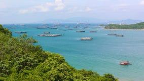 Vista panorámica del pueblo pesquero del estuario de Chumphon con el cielo nublado, Tailandia La pesca es el empleo principal par Fotografía de archivo