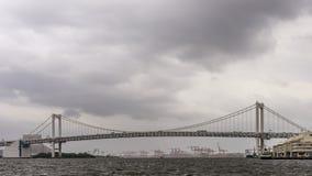 Vista panorámica del puente del arco iris en Tokio, Japón, en un día lluvioso con el cielo nublado fotos de archivo