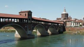 Vista panorámica del puente cubierto viejo en el río de Tesino en Pavía, Italia almacen de video