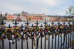 Vista panorámica del puente de Charles, de St Vitus Cathedral y del castillo de Praga rodeado por otros edificios históricos sobr Fotos de archivo