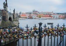 Vista panorámica del puente de Charles, de St Vitus Cathedral y del castillo de Praga rodeado por otros edificios históricos sobr Foto de archivo