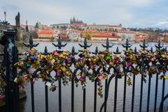 Vista panorámica del puente de Charles, de St Vitus Cathedral y del castillo de Praga rodeado por otros edificios históricos sobr Fotografía de archivo