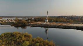 Vista panorámica del puente sobre el río y grúa, que se refleja en el río almacen de metraje de vídeo