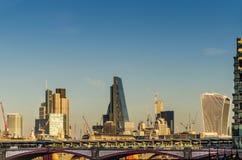 Vista panorámica del puente y de los rascacielos en Londres, un beauti Fotografía de archivo