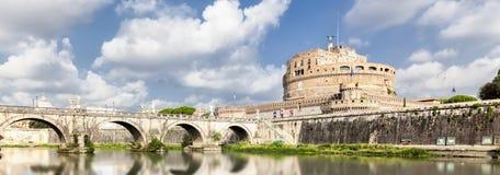 Vista panorámica del puente y del castillo Sant Ángel en Roma Fotos de archivo libres de regalías