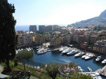 Vista panorámica del puerto con los barcos y horizonte de Mónaco en día de verano soleado, riviera francesa, Mónaco imagenes de archivo