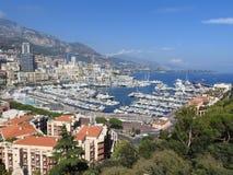 Vista panorámica del puerto con los barcos y horizonte de Mónaco en día de verano soleado, riviera francesa, Mónaco foto de archivo