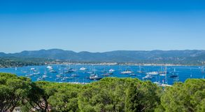 Vista panorámica del puerto deportivo y del ancladero del yate de Saint Tropez imagen de archivo