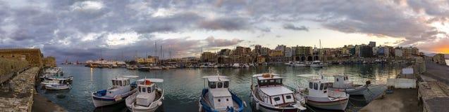 Vista panorámica del puerto veneciano viejo con la fortaleza Koules Castello una yegua y la ciudad de Heraklion en el tiempo de l imagen de archivo