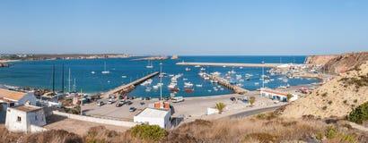 Vista panorámica del puerto viejo en Sagres con los barcos de pesca tradicionales Fotos de archivo libres de regalías