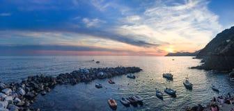 Vista panorámica del puerto y del rompeolas de Riomaggiore en s fotografía de archivo libre de regalías