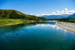 Vista panorámica del río azul ancho de la montaña Fotografía de archivo