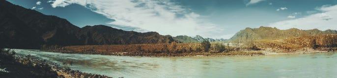 Vista panorámica del río de Katun y de las montañas de Altai Imagenes de archivo