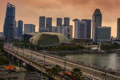 Vista panorámica del teatro y del puente de la explanada en la costa de Marina Bay rodeados por los hoteles de lujo y símbolo mod imagen de archivo libre de regalías