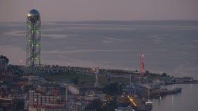 Vista panorámica del terraplén de igualación de Batumi, noria, torre del alfabeto georgiano metrajes